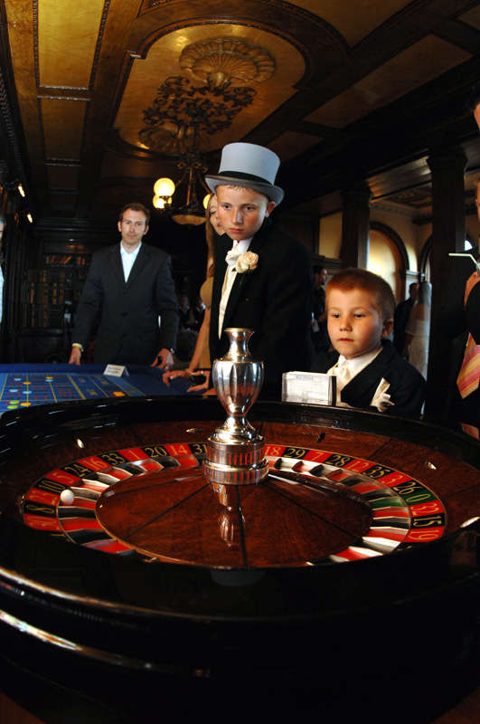 kids watching roulette wheel spin